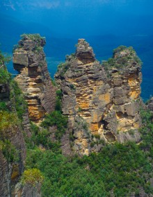 This is the iconic Blue Mountain shot: the legendary Three Sisters rock, which all the tour buses stop by to see. It's pretty, but ...
